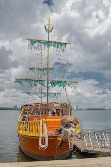 Piratenschip verfraaien voor amusementstoeristen. dnipro, oekraïne.