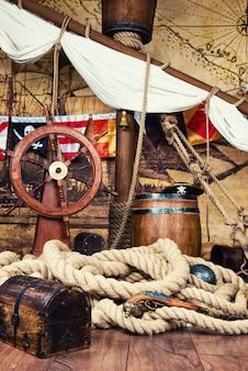 Piratenschipdek met stuurwiel en vlag.