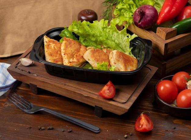 Pirojki, broodjes gevuld met spul en gefrituurd in olie