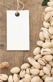 Pistachenoten, noten en labelprijsetiket op hout