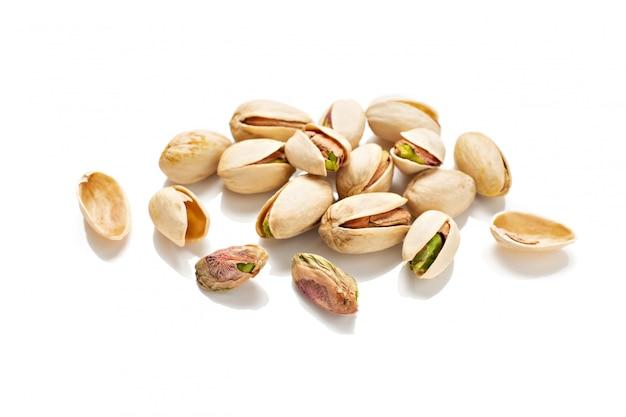 Pistaches op wit worden geïsoleerd dat. pistacia vera