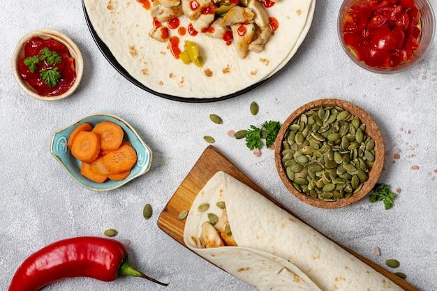 Pitabroodje en groenten op platen