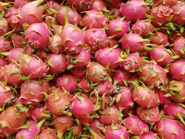 Pitaya of pitahaya (dragon fruit) wordt geteeld in zuidoost-azië voor verkoop op thais straatvoedsel