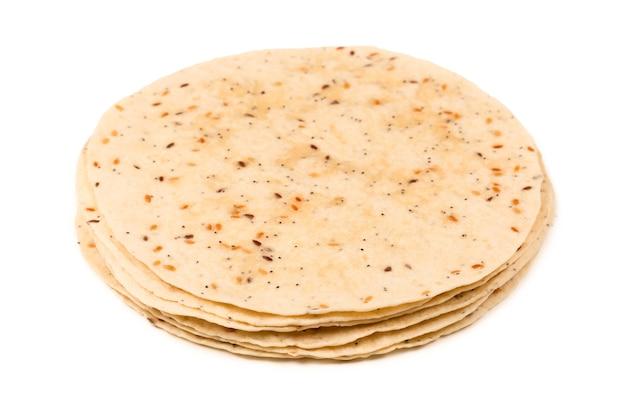 Pitta brood met zaden op wit wordt geïsoleerd