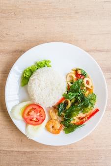 Pittig gebakken basiliekblad met zeevruchten en rijst