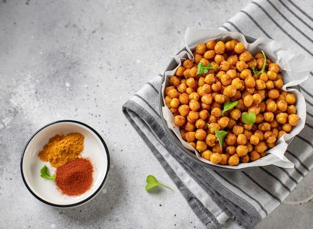 Pittig gebakken kikkererwten veganistisch gezond snacks grijs betonnen oppervlak