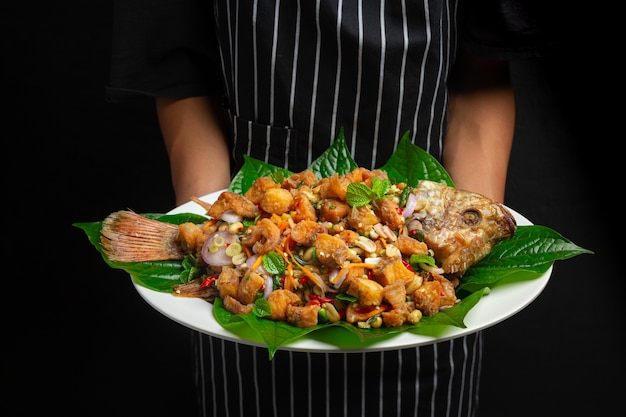 Pittig gebakken tubtim vissalade, kruidig, thais eten.