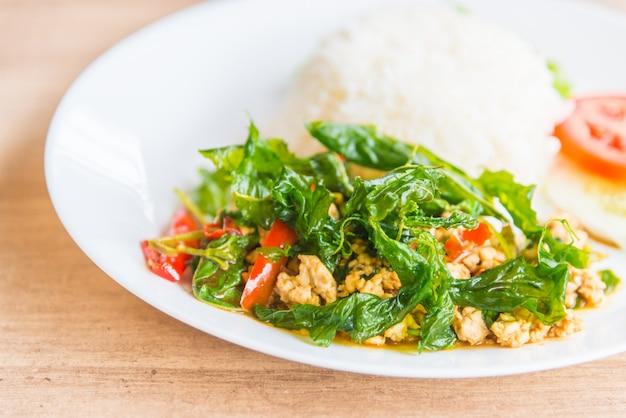 Pittig gefrituurd basilicumblad met kip en rijst