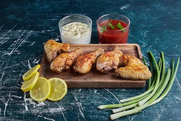 Pittig kippenvlees op een houten bord.