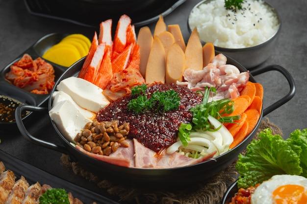 Pittig vlees en varkensvlees koken in een hete pot