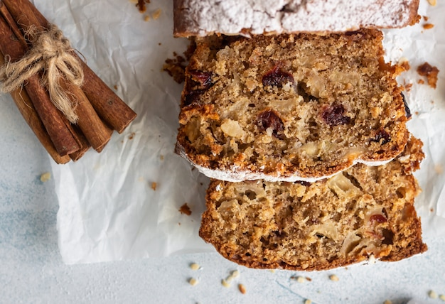 Pittige appel, noten en gedroogde cranberry brood cake versierd met poedersuiker op papier