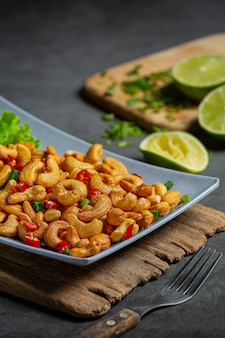 Pittige cashewnoten gegarneerd met gehakte hete chili.
