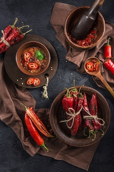 Pittige chili op een donkere achtergrond in keramische platen