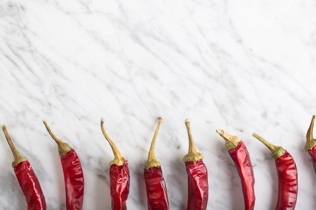 Pittige chili peper op stenen achtergrond met kopie ruimte