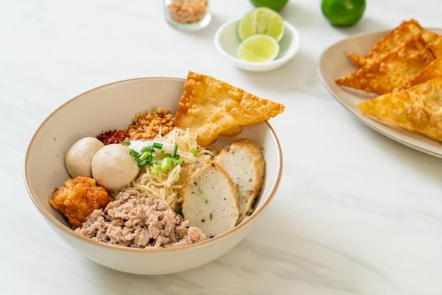 Pittige eiernoedels met visballetjes en garnalenballetjes zonder soep - aziatisch eten