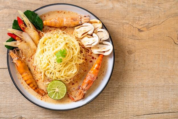 Pittige garnalen spaghetti pasta (tom yum goong)