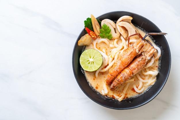 Pittige garnalen udon ramen noodle (tom yum goong)