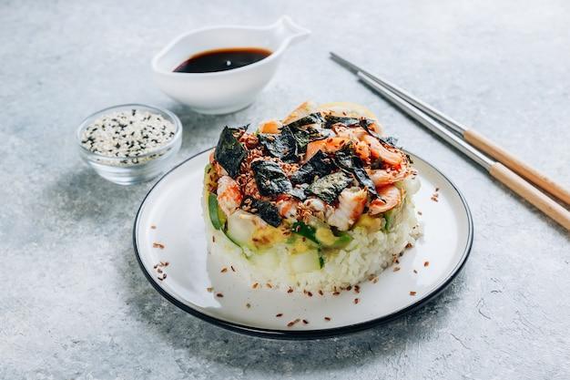 Pittige garnalensushi stapels met lagen sushirijst, komkommers en avocado