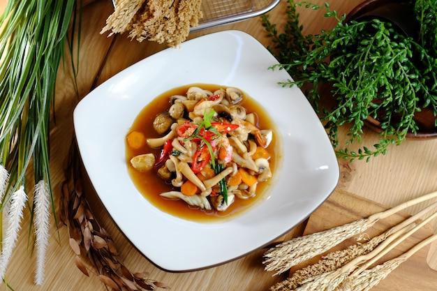 Pittige gebakken champignons met chili en wortel