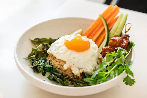 Pittige gebakken rijst met gebakken ei en groente