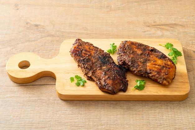 Pittige gegrilde jamaicaanse jerk chicken - jamaicaanse eetstijl