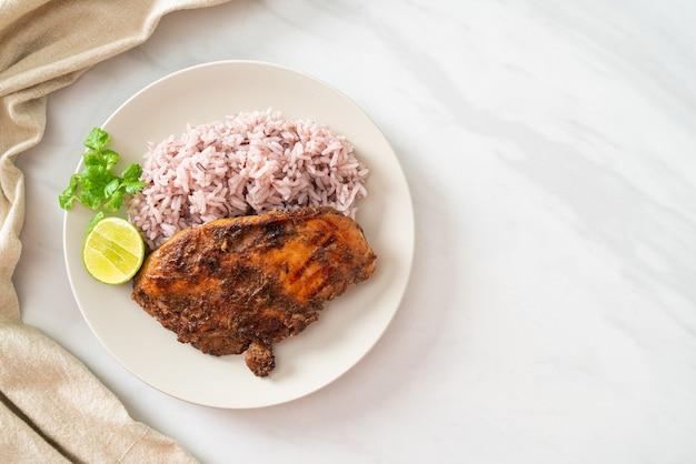 Pittige gegrilde jamaicaanse jerk chicken met rijst - jamaicaanse food style