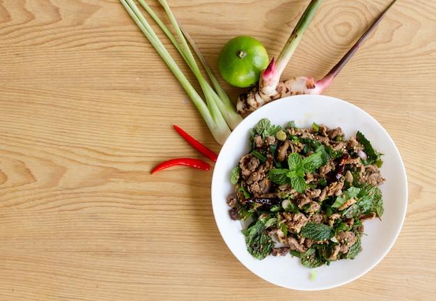 Pittige gehakte eend salade