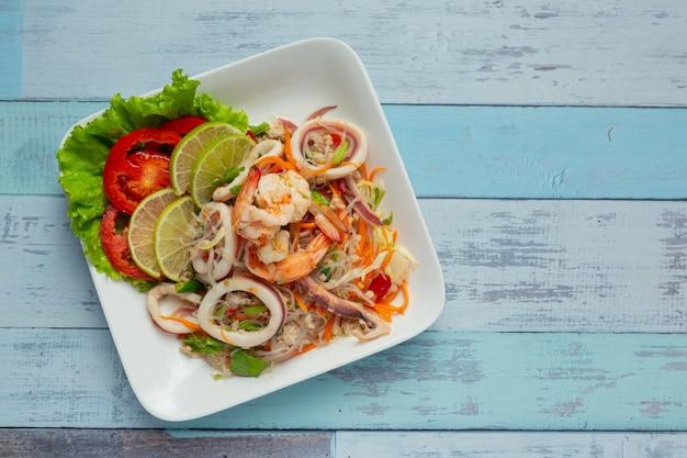 Pittige gemengde zeevruchtensalade met thaise voedselingrediënten.