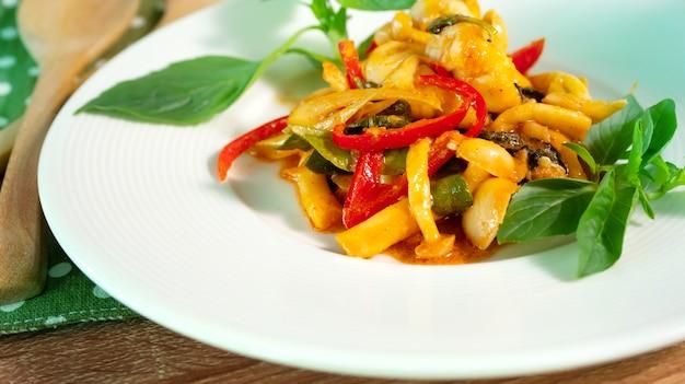 Pittige geroerde witte champignon en garnalen met rode curry en zoete basilicum