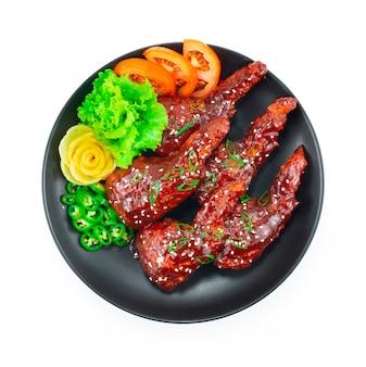 Pittige gevulde kippenvleugel met hete pepersaus koreaans voedselstijl van binnen met kipgehakt, glasnoedels, kool en wortel versier gesneden chili en groenten bovenaanzicht