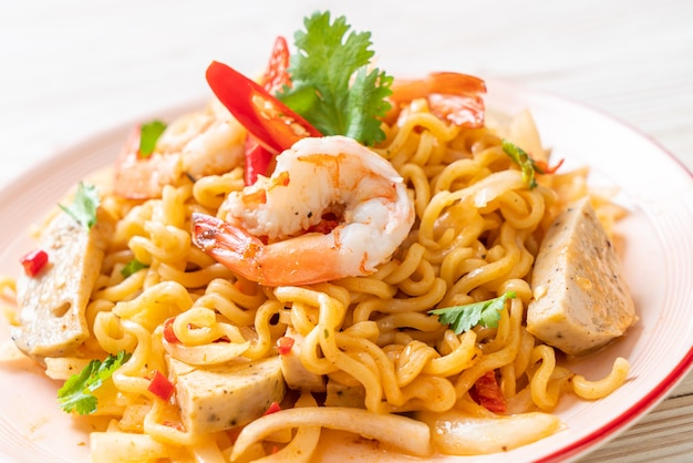 Pittige instant noedelsalade met garnalen, thais eten