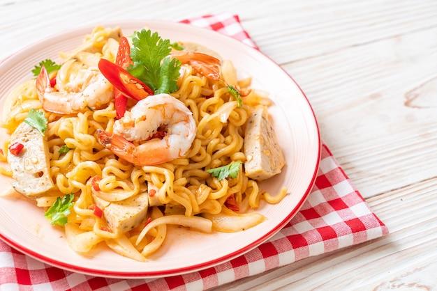 Pittige instant noedelsalade met garnalen - thais eten