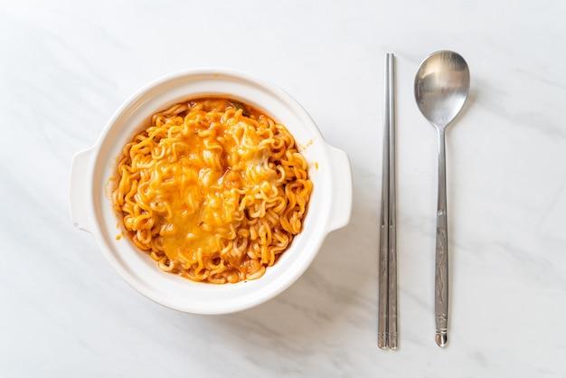 Pittige instant noodle bowl met mozzarella kaas