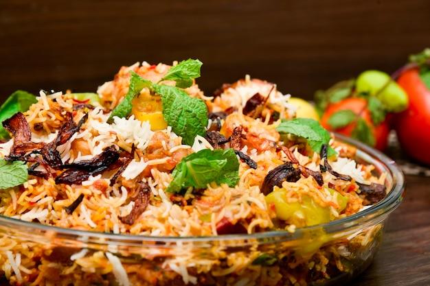 Pittige kip biryani voedselfotografie