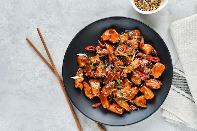 Pittige kip in zoetzure saus met chili peper.