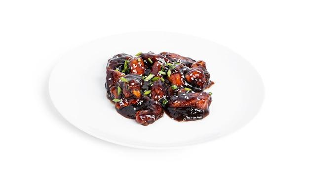 Pittige kip in zoetzure saus met chilipeper. teriyaki kip met sesamzaadjes. geïsoleerd op een witte achtergrond. hoge kwaliteit foto