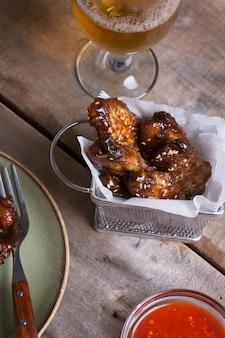 Pittige kippenkippenvleugels bereid op de barbecue