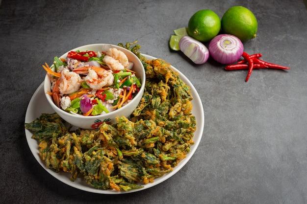 Pittige knapperige morning glory-salade met garnalen, pittige verse garnalen, thais eten.