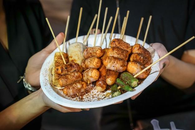 Pittige mala (chinese kruiden) barbecue varkensvlees thaise stijl, foodtruck, bangkok, thailand.
