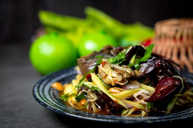 Pittige mangosalade met veldkrab van thais eten