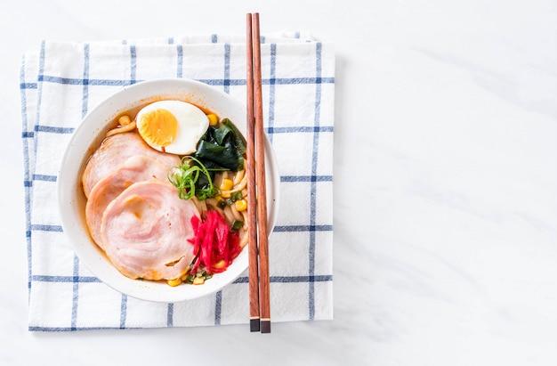 Pittige miso udon ramen noodle met varkensvlees