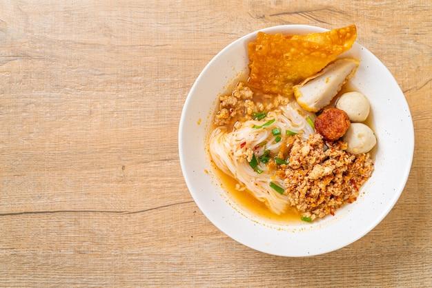 Pittige noedels met visbal en varkensgehakt (tom yum noodles) - aziatische eetstijl
