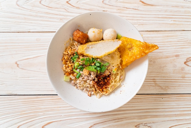 Pittige noedels met visballetje en varkensgehakt (tom yum noodles), aziatisch eten