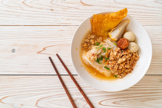 Pittige noedels met visballetje en varkensgehakt (tom yum noodles)
