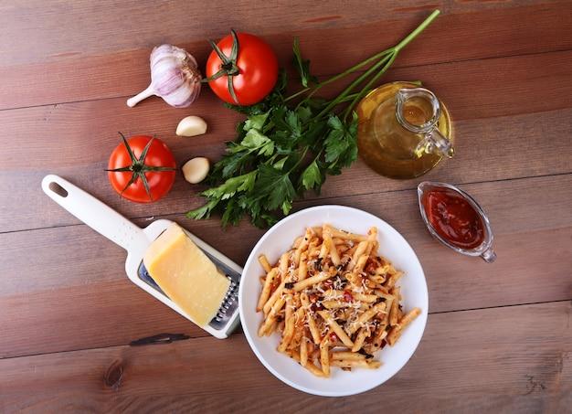 Pittige penne pasta bolognese met groenten, chili en kaas.