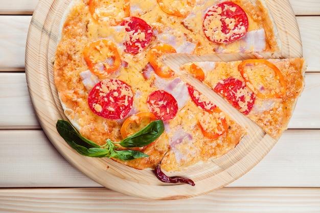 Pittige pizza op een houten tafel