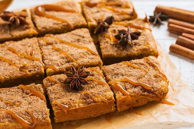 Pittige pompoen cbars blondie plekjes met kaneel, anijs en karamel. traditioneel engels dessert. bovenaanzicht