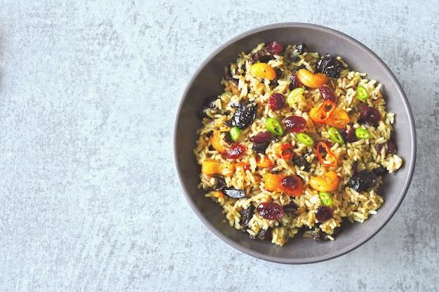 Pittige rijst met gedroogde vruchten. veganistische kom met pikante rijst. gezonde lunch