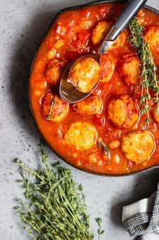 Pittige rode bonen, rode paprika en gehaktbal chili met tijm