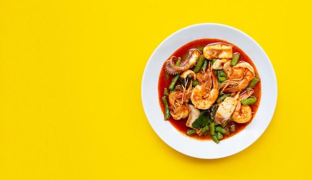 Pittige roergebakken zeevruchten en kousenband met rode currypasta. thais eten